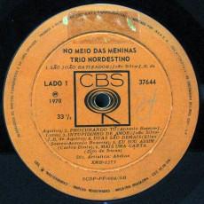 trio-nordestino-1970-no-meio-das-meninas-selo-a