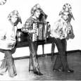 O Trio em sua primeira foto, em 1973. O Trio com Zé Gonzaga e Jackson (acima) e com Zé Gonzaga, João do Vale e Ary Lobo (abaixo). *Acervo Tick