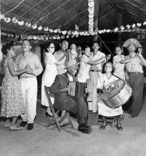 Luiz Gonzaga dança forró com sua mulher Helena enquanto seus pais Santana e Januário tocam.