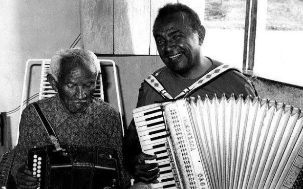 O sanfoneiro Luiz Gonzaga ao lado de seu pai, Januário dos Santos, em sua casa na cidade de Exu, no Pernambuco, 1972.